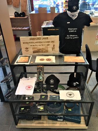Gravure laser sur bois, vente de textile (maroquinerie), casquettes...